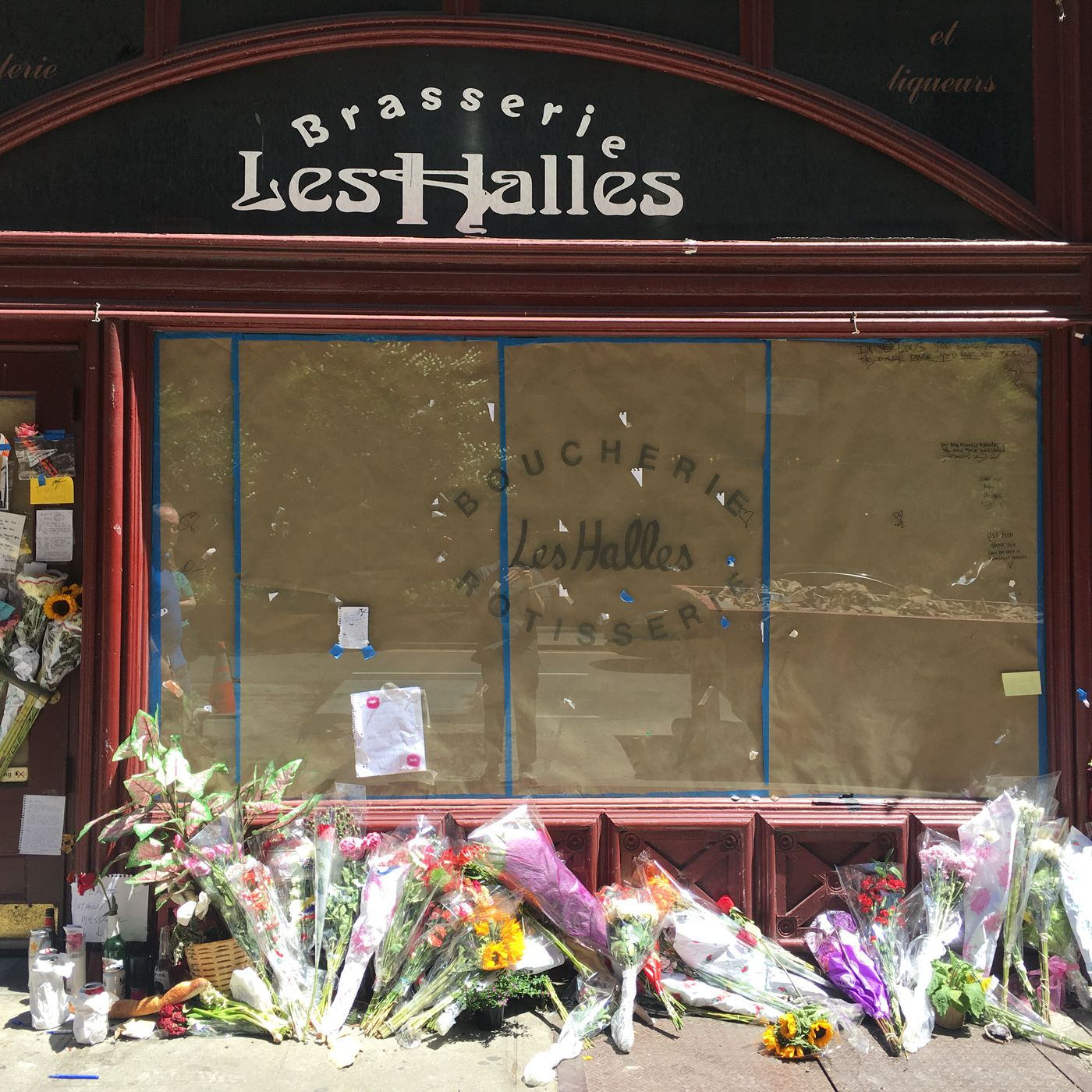 Anthony Bourdains Les Halles Memorial Notes Will Be Preserved