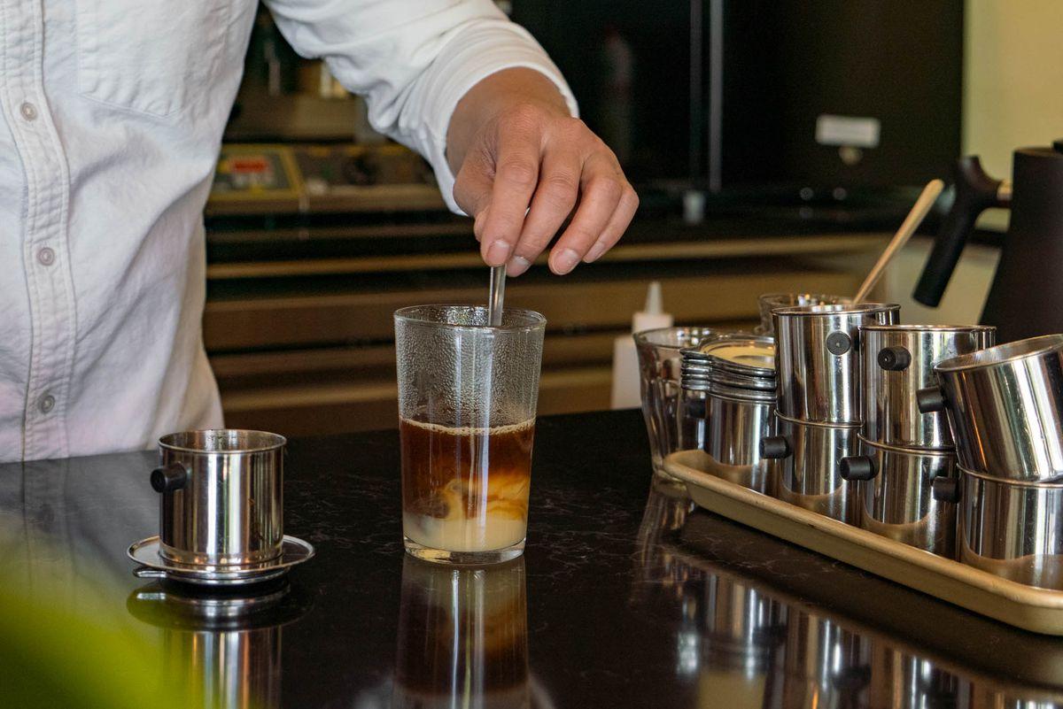 Bao Nguyen将CàPhêsữa的咖啡和浓缩牛奶元素搅拌。