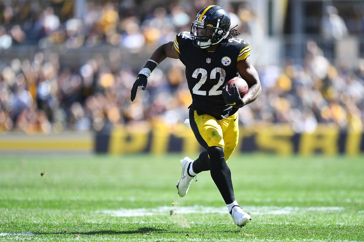 Najee Harris #22 of the Pittsburgh Steelers in action during the game against the Cincinnati Bengals at Heinz Field on September 26, 2021 in Pittsburgh, Pennsylvania.