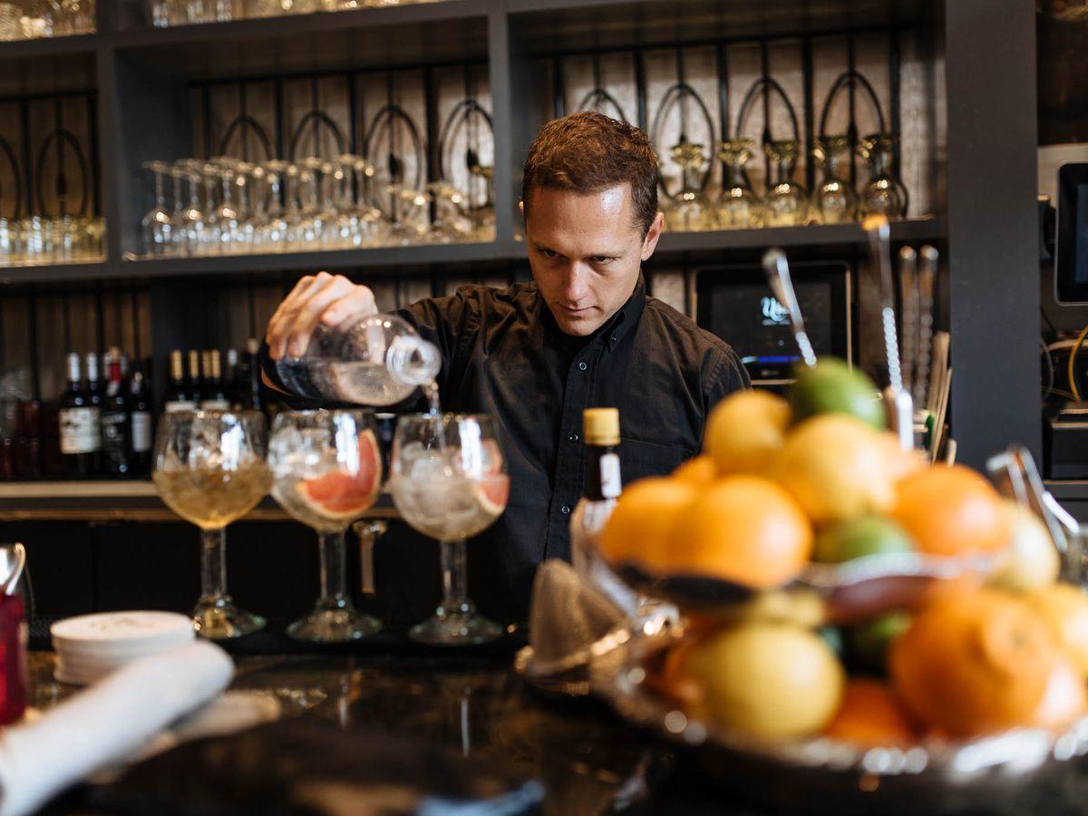 "<span data-author=""3635139"">Spanish gin-tonics being poured </span>"