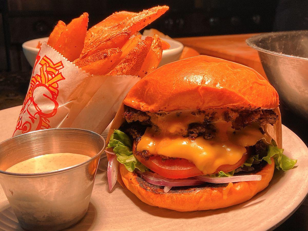 Smash burger deluxe at Cortez