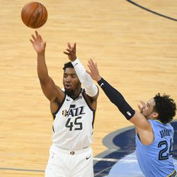 Utah Jazz-keeper Donovan Mitchell (45) schiet terwijl Memphis-spits Dillon Brooks (24) verdedigt tijdens de tweede helft van Game 3 van de NBA Basketball First Round Series op zaterdag 29 mei 2021 in Memphis, Tennessee.  Utah won met 121-111.