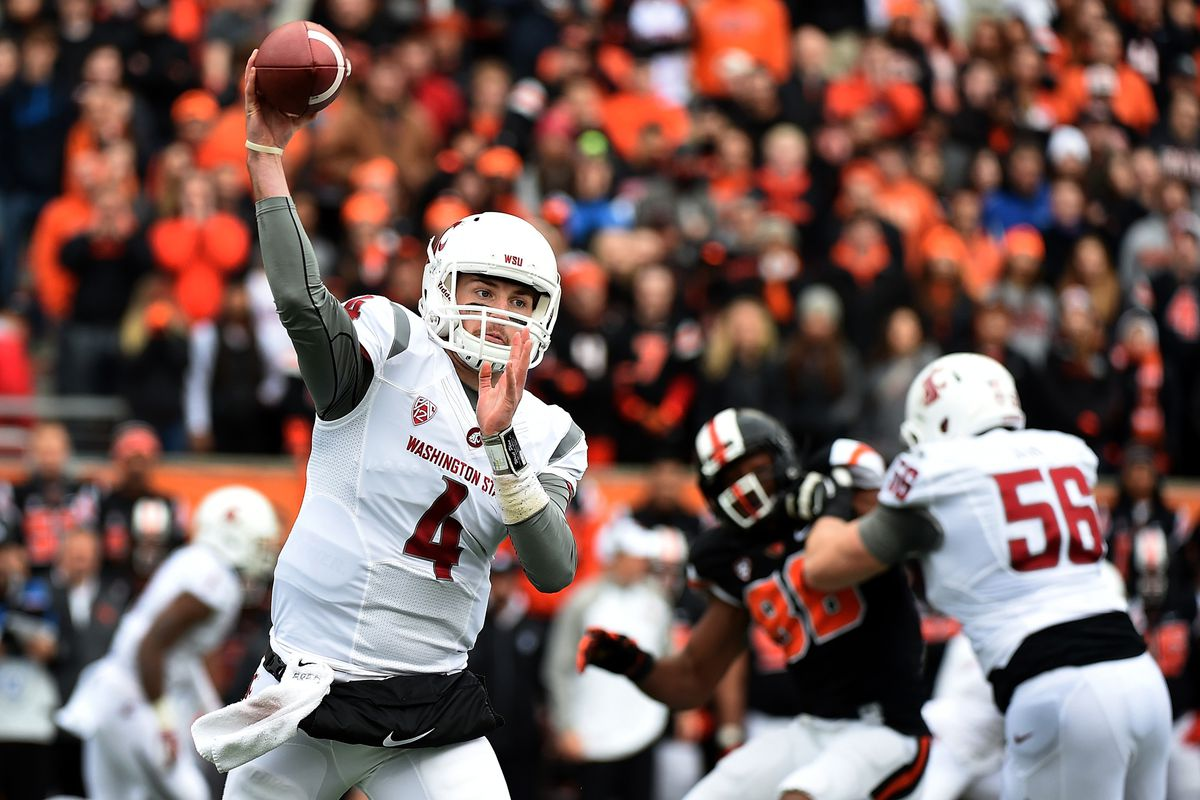 Luke Falk lines up a throw in the first quarter against Oregon State