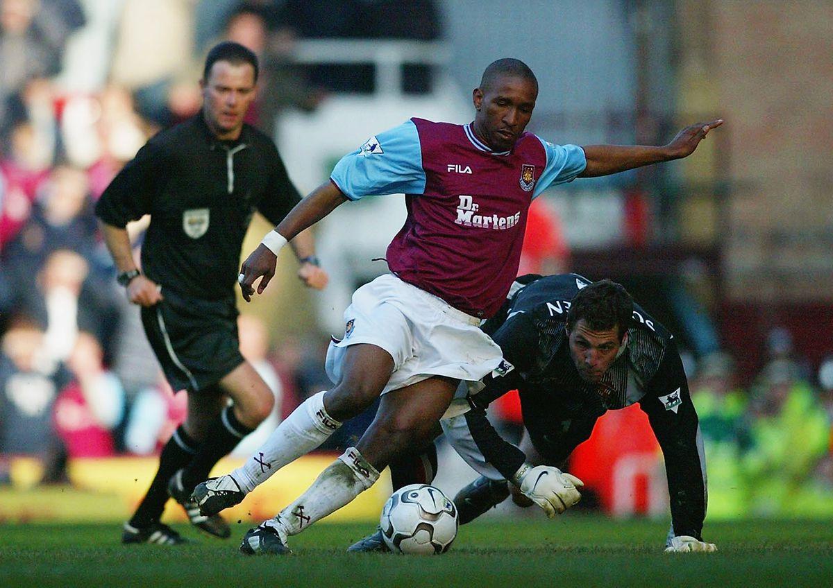 Jermain Defoe of West Ham United and Thomas Sorensen of Sunderland