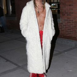 This is a guy dressed up like Kid Rock, and not Kid Rock himself...right?