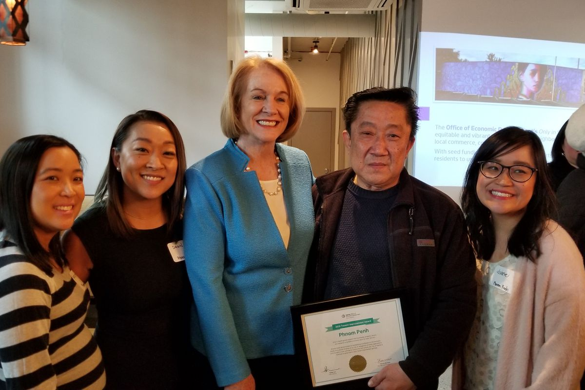 Seattle Mayor Jenny Durkan (center) with Sam Ung and his daughters at Phnom Penh Noodle House's new location.