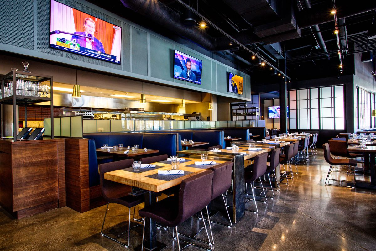 The dining room at Wolfgang Puck Players Lounge