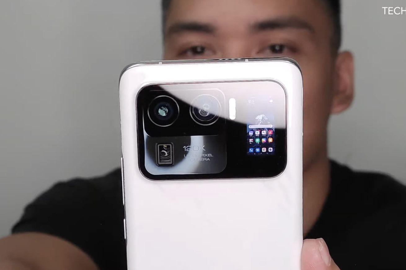 The Xiaomi Mi 11 Ultra might have a tiny rear-facing display as a treat