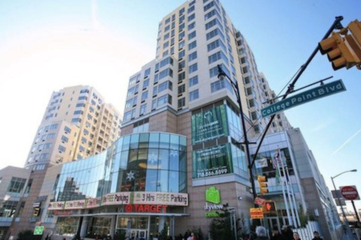 "The Shops at SkyView Center; Image via <a href=""http://queens.brownstoner.com/tag/skyview-center/"">Brownstoner Queens</a>"