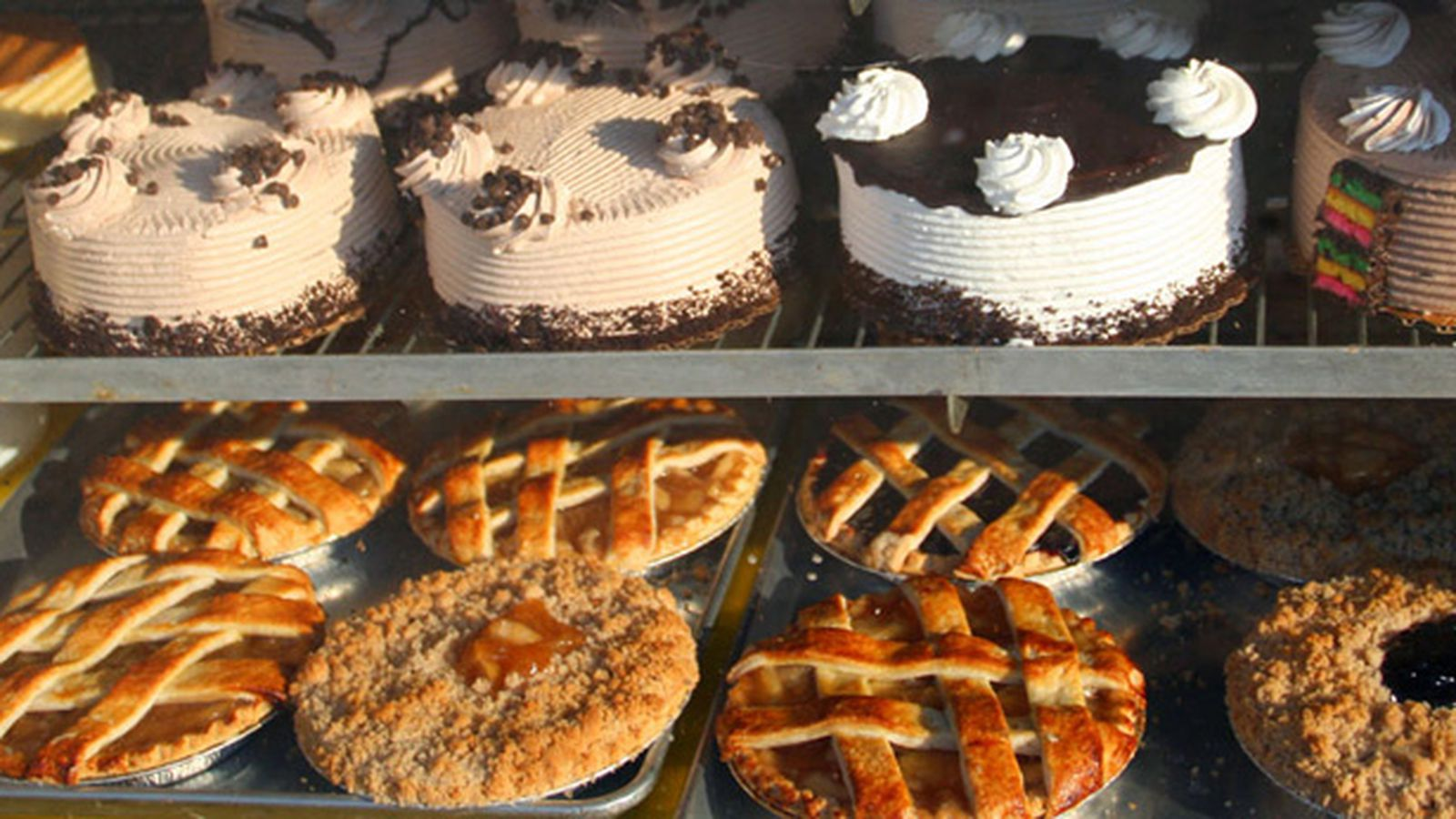 cake vs pie Cake is the backyard swing set to the demure patio of pie mind you, i've cooked my share of complex cakes: i have made a black forest cake, with the whipping cream and the narrow layers and the shaved chocolate and the kirsch.