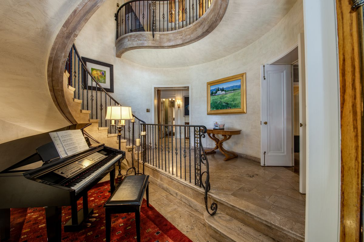 Entryway with spiral staircase