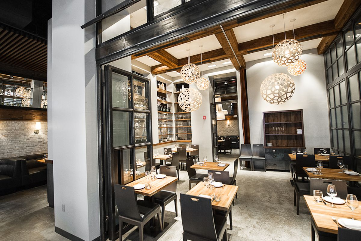 [The dining room at L'Apicio. A fine place for dinner this evening.]