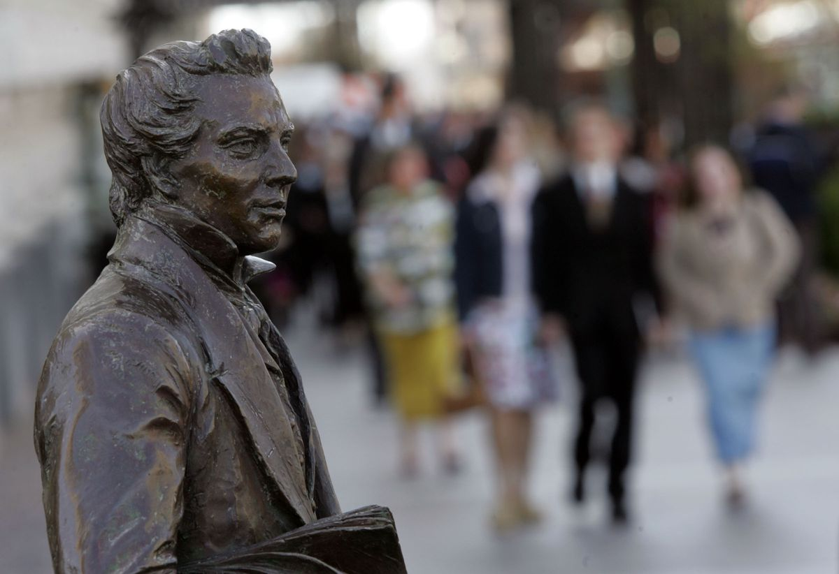 A statue of Joseph Smith stands on the Main Street Plaza as people walk to the Conference Center for a session of general conference on April 2, 2006. A new book of essays about Joseph Smith offers insights into his life from Joseph Smith Papers research.