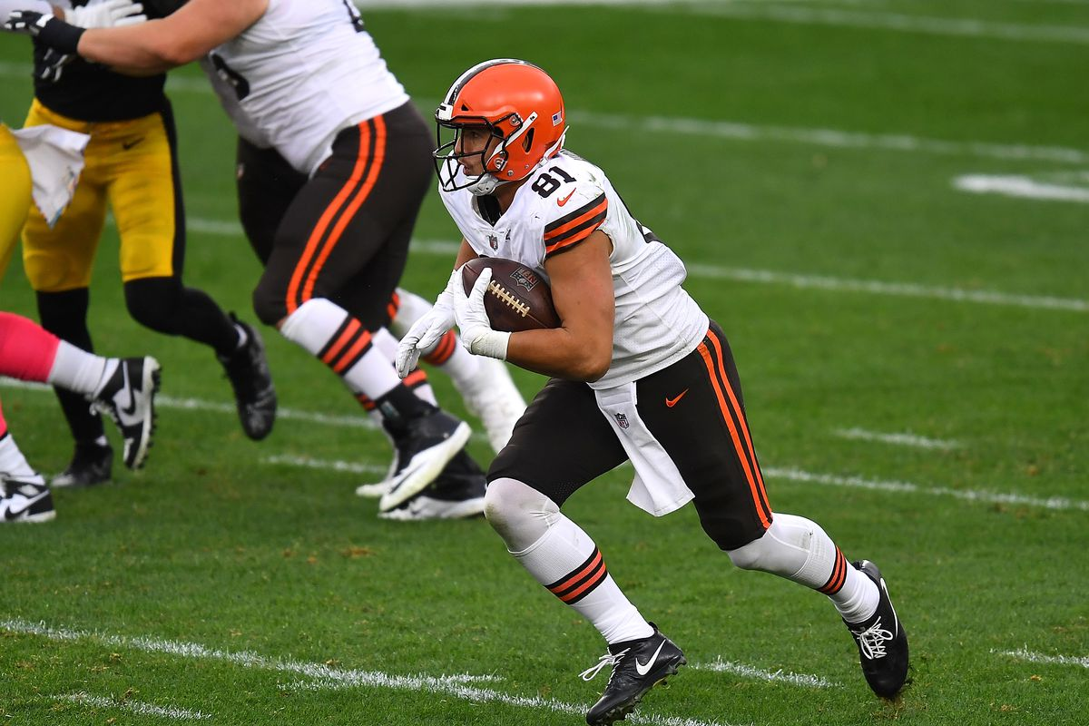 Austin Hooper #81 of the Cleveland Browns in action during the game against the Pittsburgh Steelers at Heinz Field on October 18, 2020 in Pittsburgh, Pennsylvania.