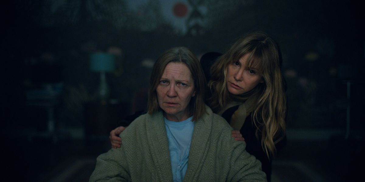 Joan Allen and Jennifer Jason Leigh as Julianne Moore's sisters in Lisey's Story