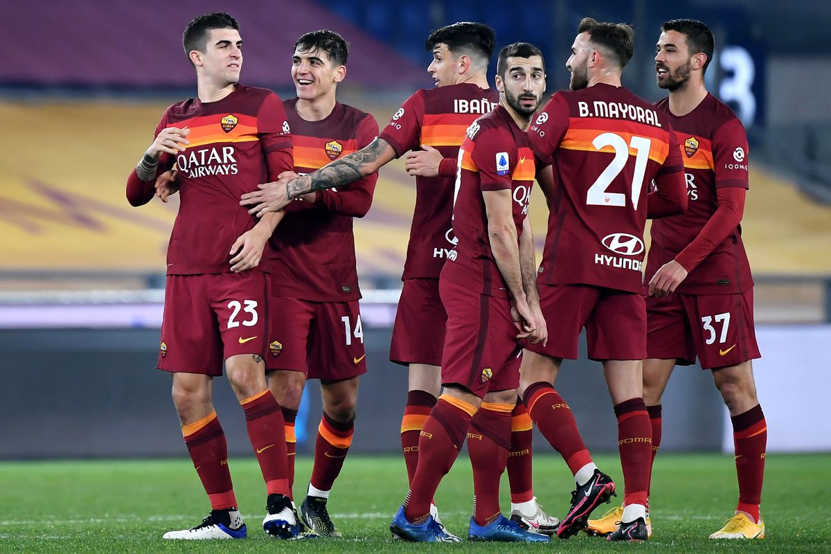 Gianluca Mancini of AS Roma celebrates with team mates...