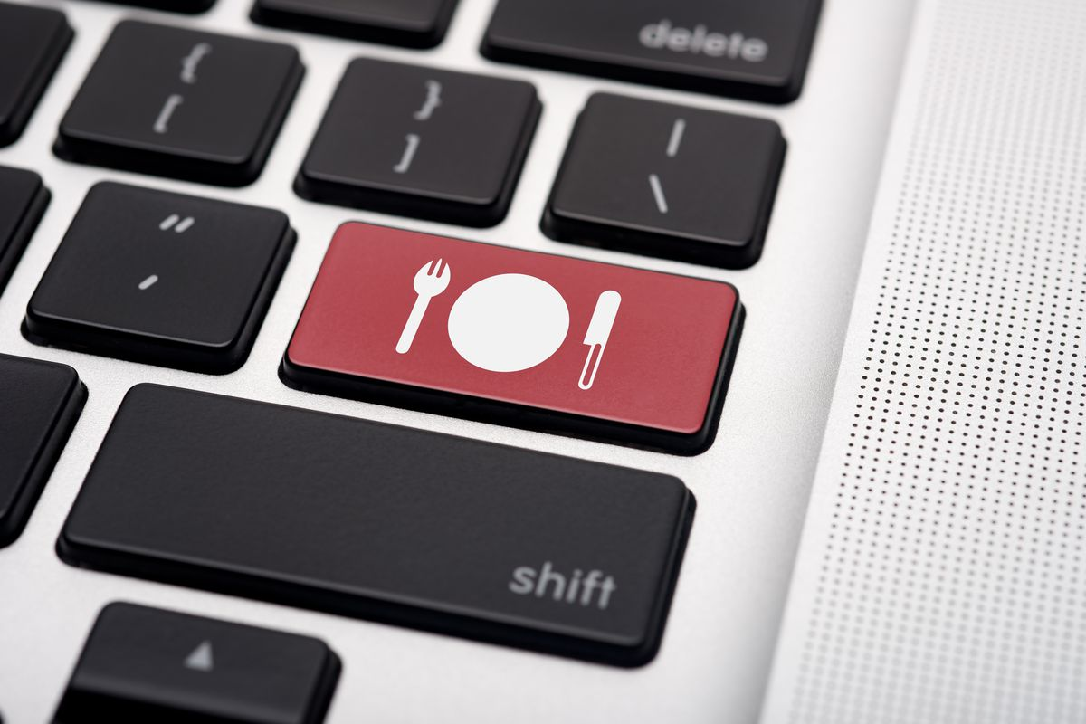 A computer key that shows an icon of a plate with a knife and fork