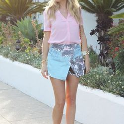 """Ashley of <a href=""""http://thestyleeditrix.com""""target=""""_blank"""">The Style Editrix </a> is wearing a <a href=""""http://www.topshop.com/en/tsuk/product/clothing-427/shorts-448/skorts-2646178/scribble-leaf-skort-2820081?bi=1&ps=20&geoip=noredirect&network=linksh"""