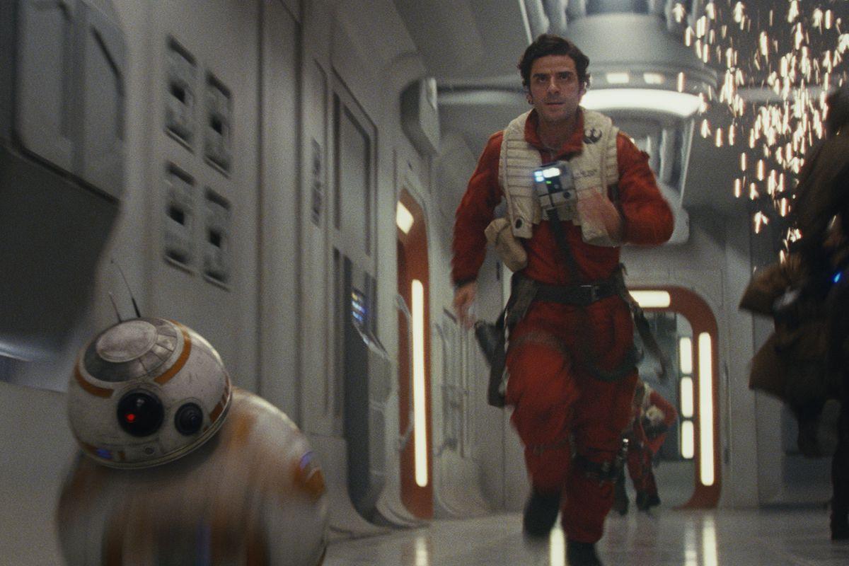 Star Wars: The Last Jedi - Poe and BB-8 running through exploding ship corridor
