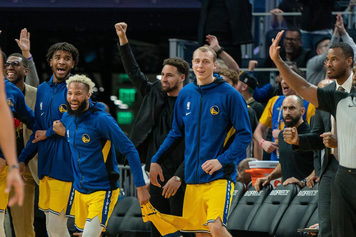 Golden State Warriors guard Klay Thompson celebrates with teammates after the dunk against the Phoenix Suns during the fourth quarter at Chase Center.
