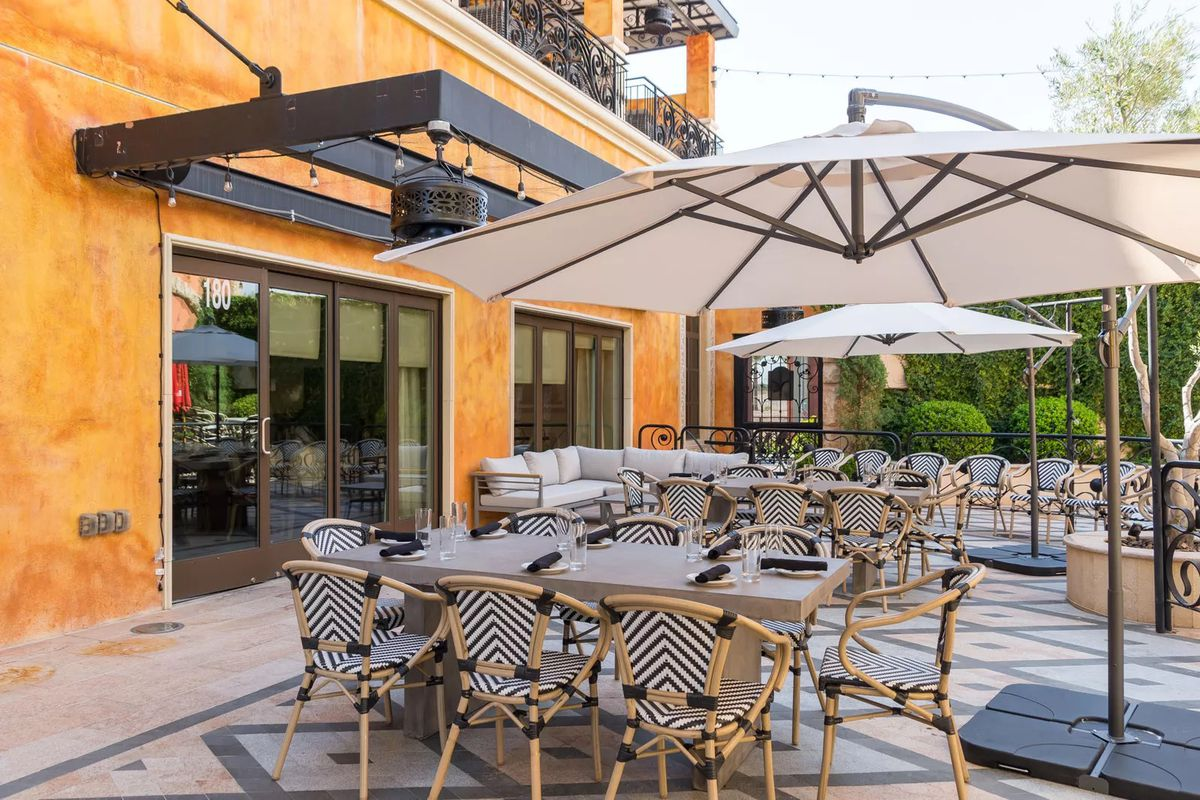 The patio and courtyard at Hamptons