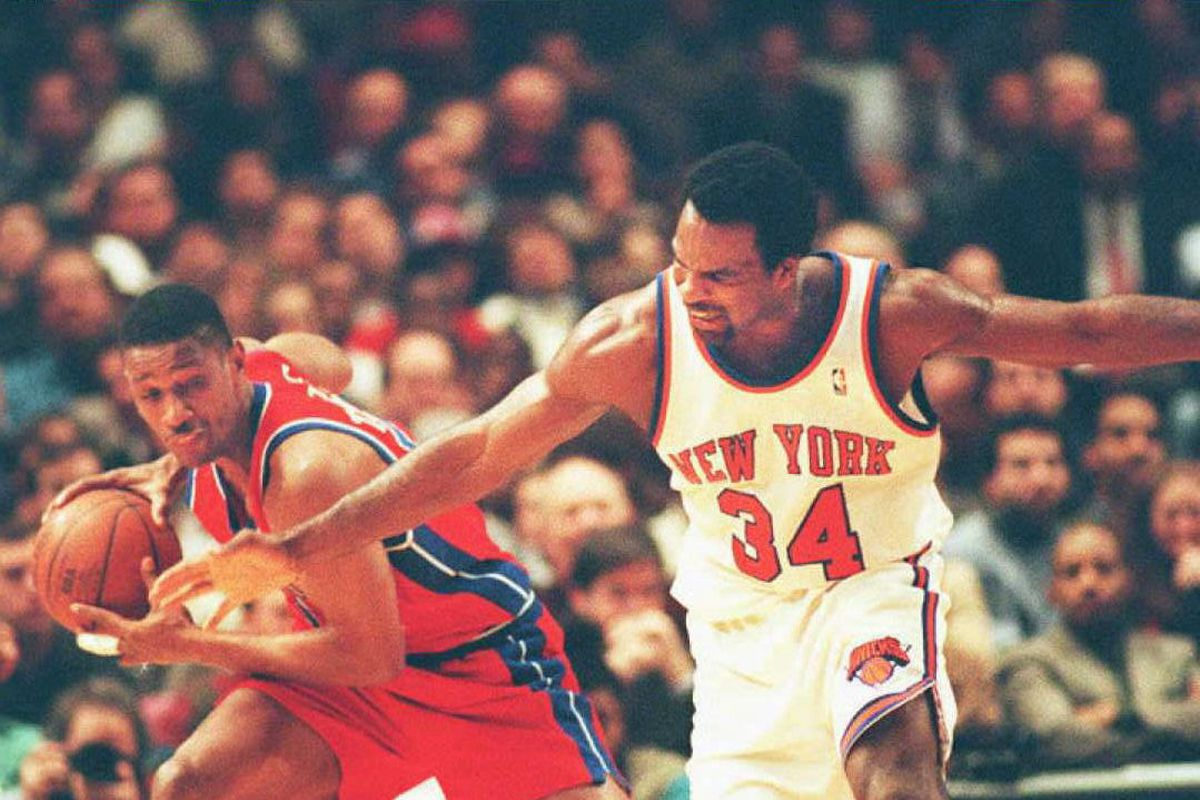 New York Knicks' Charles Oakley (R) tries to steal