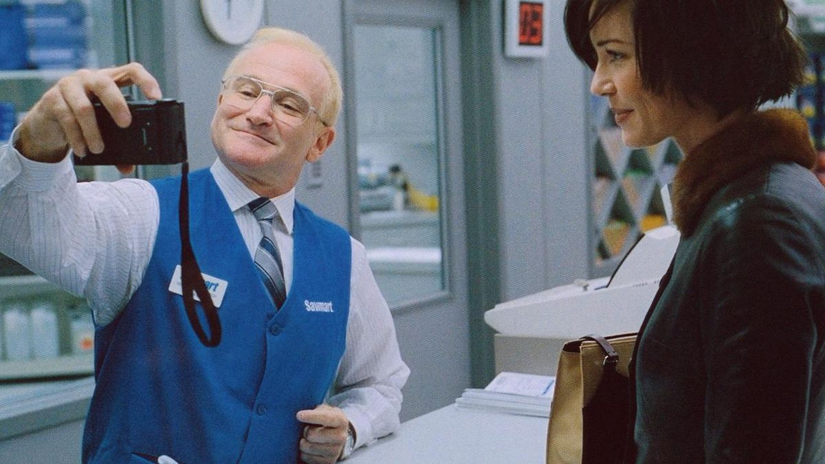 """Robin Williams as """"Sy"""" Parrish in One Hour Photo."""