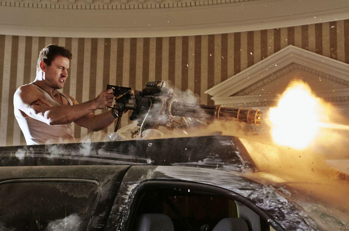 Channing Tatum como John Cale disparando una pistola Gatling en la Oficina Oval en White House Down.