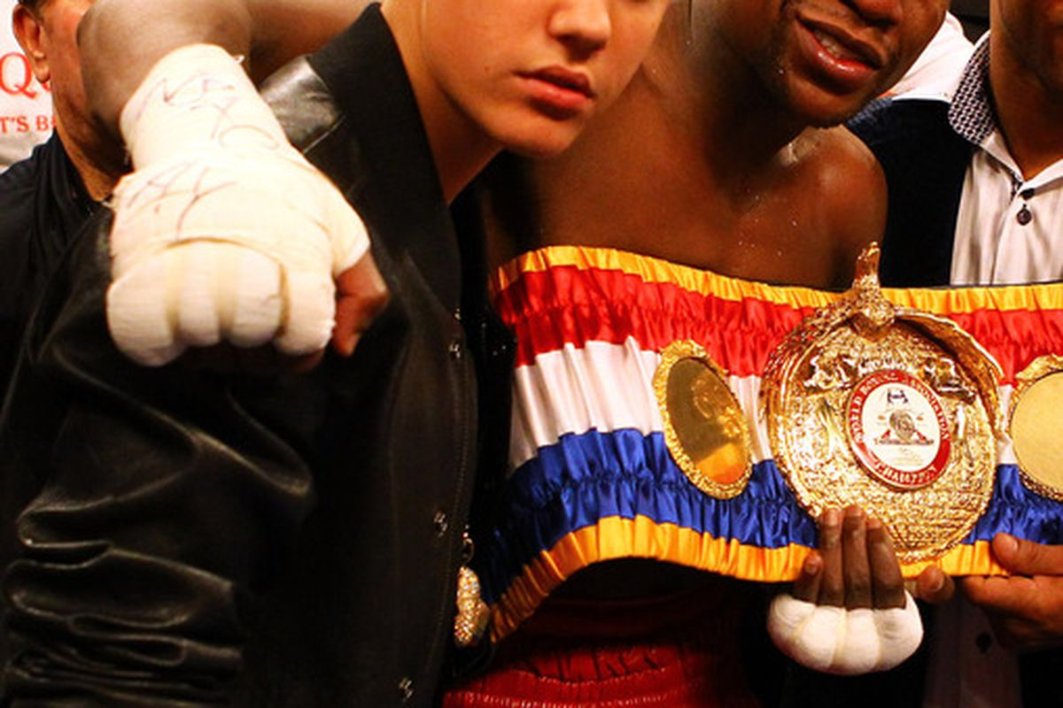 Floyd Mayweather Jr. hangs with a tough crowd ... Justin Bieber now appears to be in his posse.