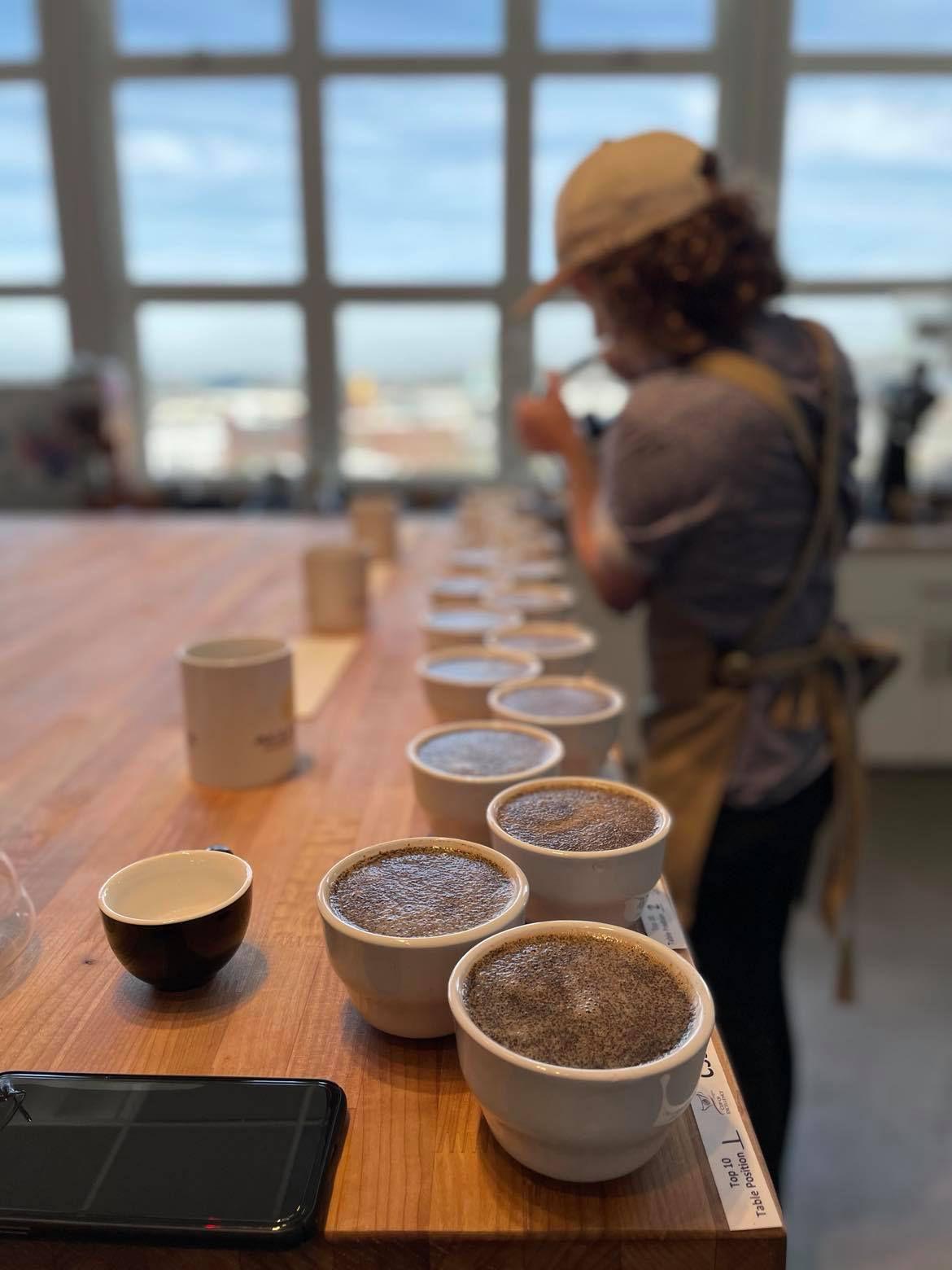 一个人在各种杯咖啡豆倒热水。