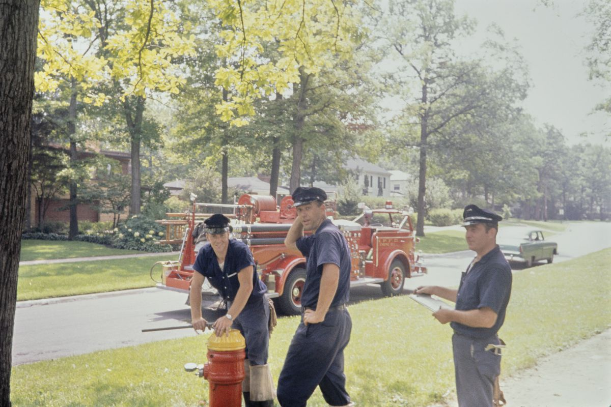 Three Highland Park firemen Highland Park, Illinois, August 1964 Tres bomberos de Highland Park Highland Park, Illinois, agosto de 1964 Inkjet print, 2021Gift of Jeffrey Goldstein, © The Estate of Vivian Maier
