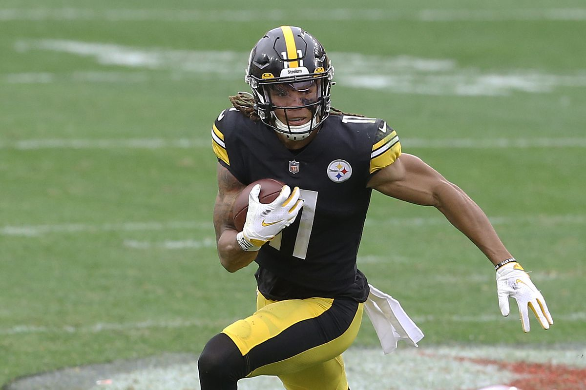 Pittsburgh Steelers wide receiver Chase Claypool (11) carries the ball on an end around against the Cleveland Browns during the fourth quarter at Heinz Field.