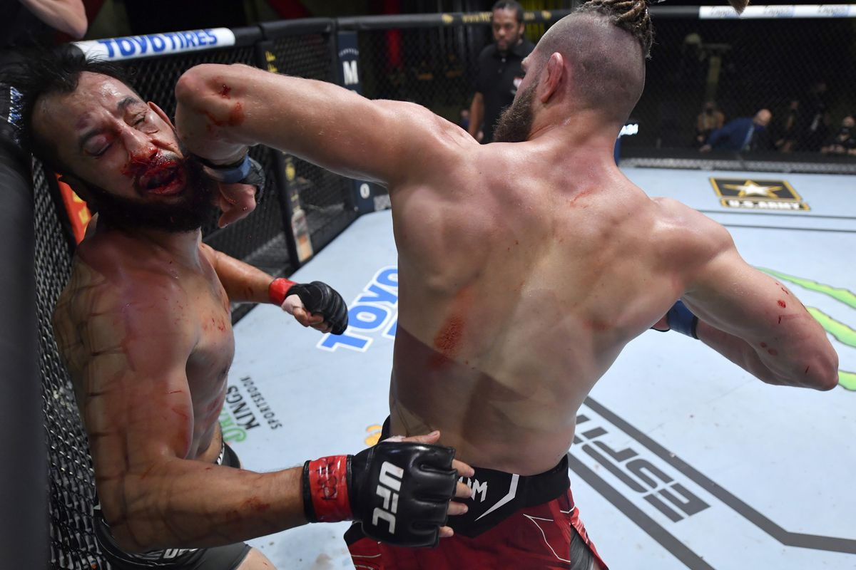 Jiri Prochazka knocks out Dominick Reyes with a spinning back elbow at UFC Vegas 25.