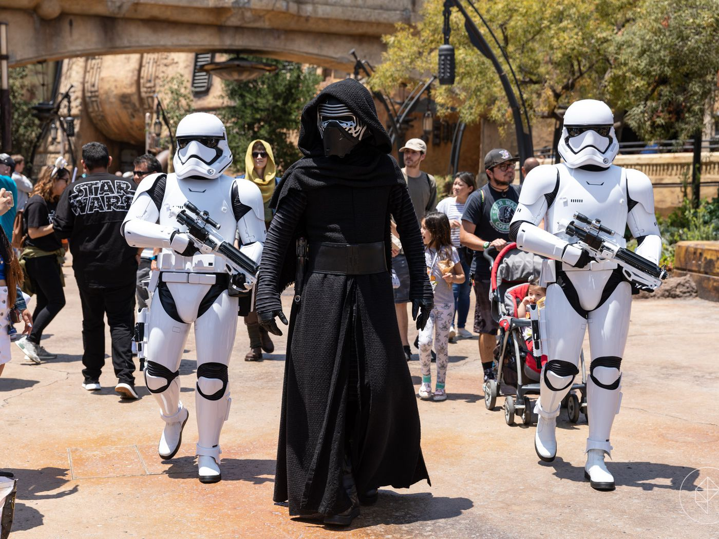Why You Can T Wear Star Wars Costumes In Disneyland S Galaxy S Edge Polygon