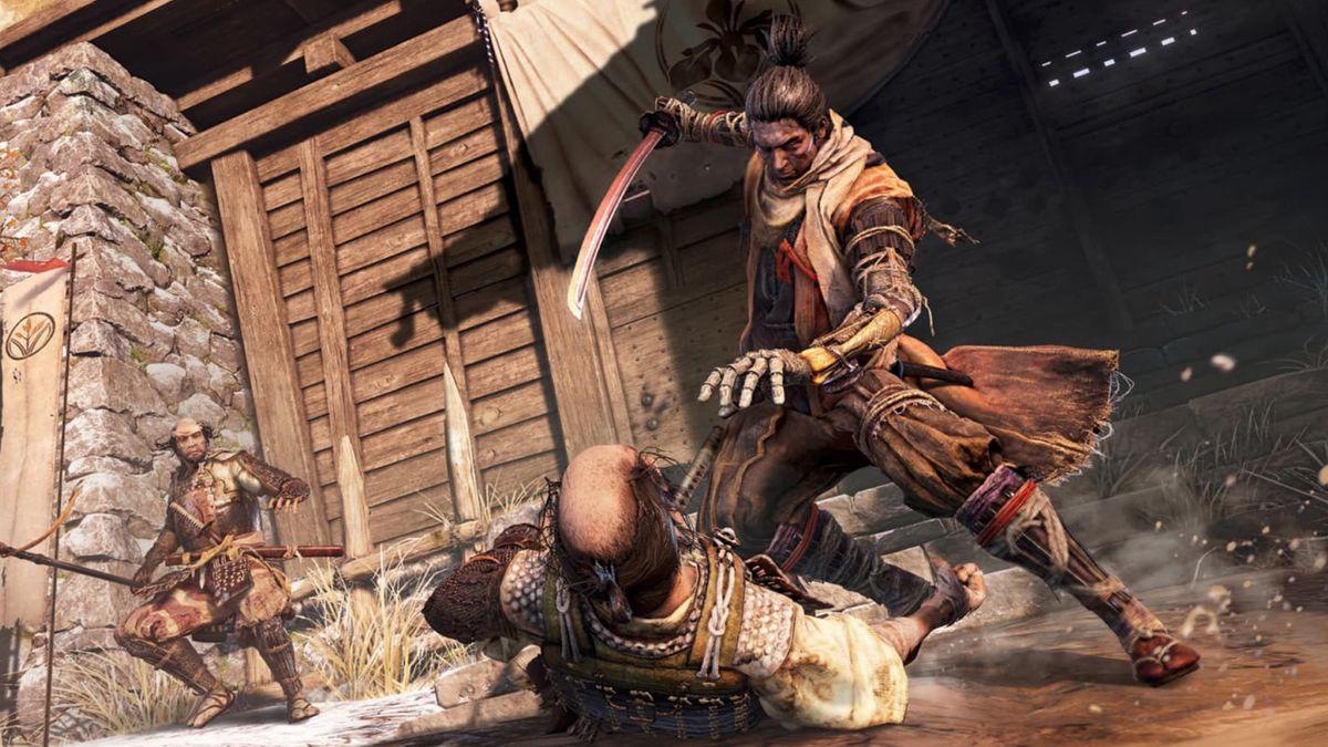 Sekiro-helten forbereder seg til å stikke en fiende.