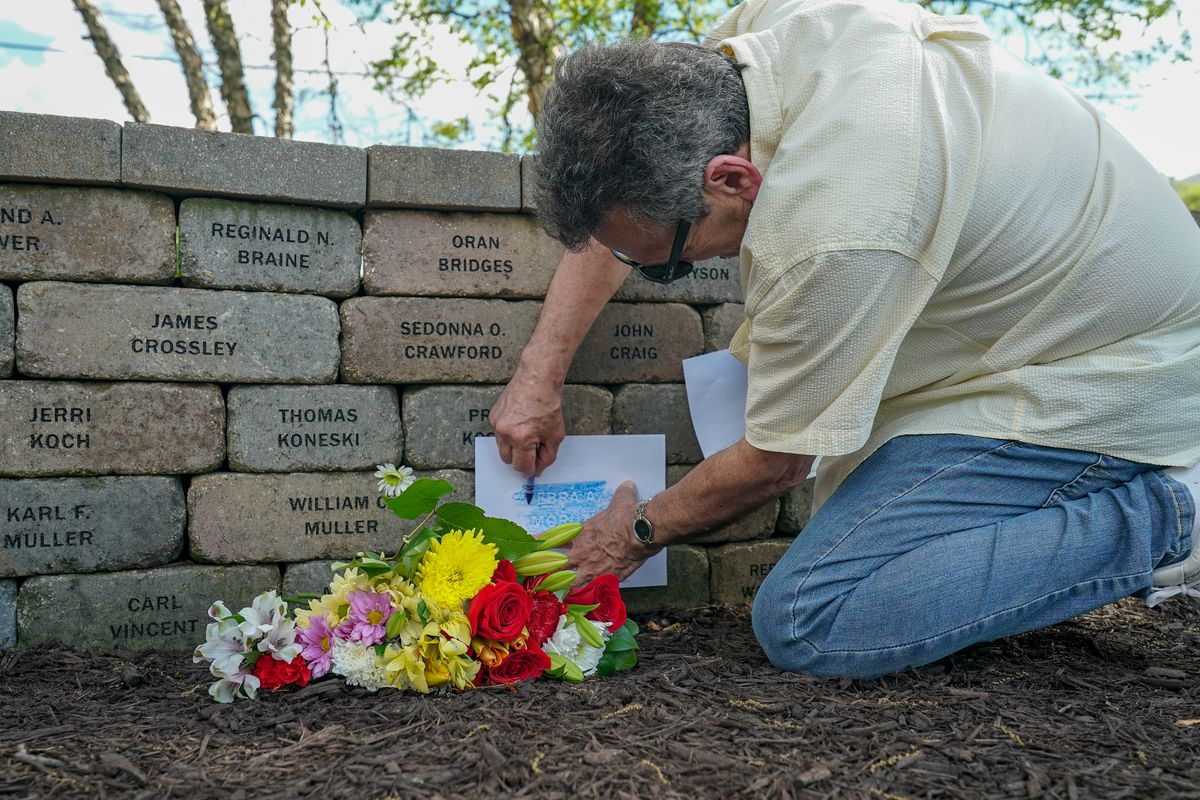 Flight 191 Victims Remembered By Loved Ones At Ceremony On 40th Anniversary Of Crash Chicago Sun Times