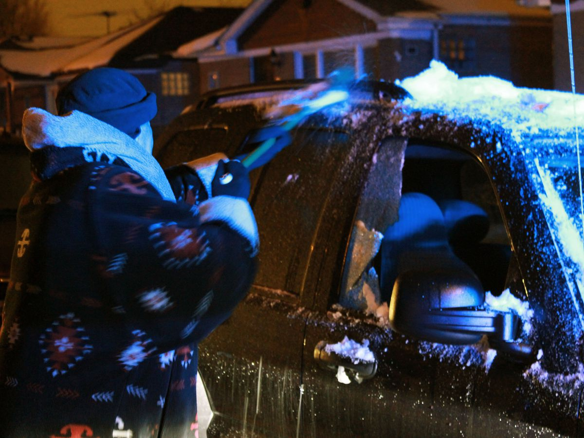 Police investigate a shooting about 3:30 a.m. Wednesday, January 16, 2019 in the 11400 block of South Carpenter Avenue in Chicago.   Justin Jackson/ Sun-Times