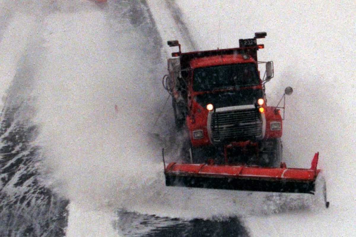 GENERAL INFORMATION: Richfield / Minneapolis, MN - 12/28/00 - The Minnesota Department of Transportation snowplows hit the roads with the onset of another snowstorm Thursday morning. Driver Doug Ostrem takes us for a ride on Interstate 35W. IN THIS PHOTO
