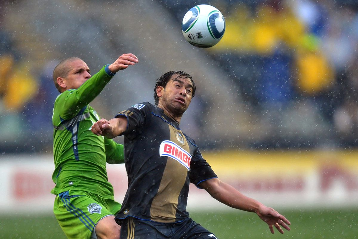 CHESTER, PA- APRIL 16: Osvaldo Alonso #6 of the Seattle Sounders FC and Carlos Ruiz #20 of the Philadelphia Union battle for the ball at PPL Park on April 16, 2011 in Chester, Pennsylvania. (Photo by Drew Hallowell/Getty Images)
