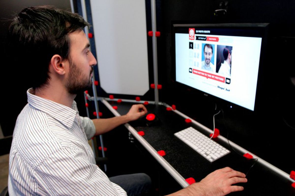 "via <a href=""http://makerbot-blog.s3.amazonaws.com/wp-content/uploads/2012/11/MakerBot_3D_PhotoBooth_1-700x466.jpg"">makerbot-blog.s3.amazonaws.com</a>"