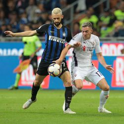 Marcelo Brozovic (L) of FC Internazionale is challenged by Jordan Veretout of ACF Fiorentina during the Serie A match between FC Internazionale and ACF Fiorentina at Stadio Giuseppe Meazza on September 25, 2018 in Milan, Italy.