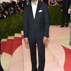 Aziz Ansari wears David Yurman cuff links.