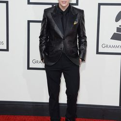 Austin Mahone pairs sneakers with his all-black suit.