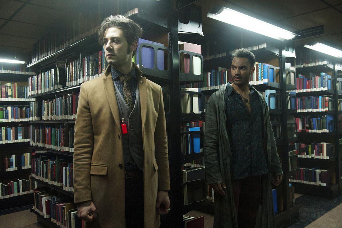 The magicians serie tv: Elliot e Penny nella biblioteca
