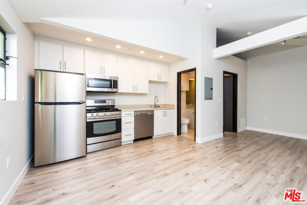 Silicon Beach Living Ain T But This Venice Studio Apartment At Least Has Nice Wood Floors Whirlpool Liances And Good Lighting