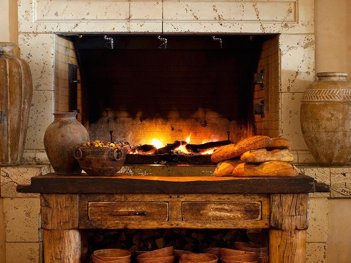 21 Warm and Welcoming Bars and Restaurants With Fireplaces ...
