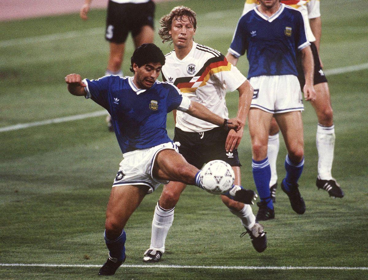 FUSSBALL : WM 1990 FINALE GER - ARG 1:0 n.E. , Rom , 12.07.90 Diego MARADONA / ARGENTINIEN , Guido BUCHWALD / GER FOTO:BONGARTS