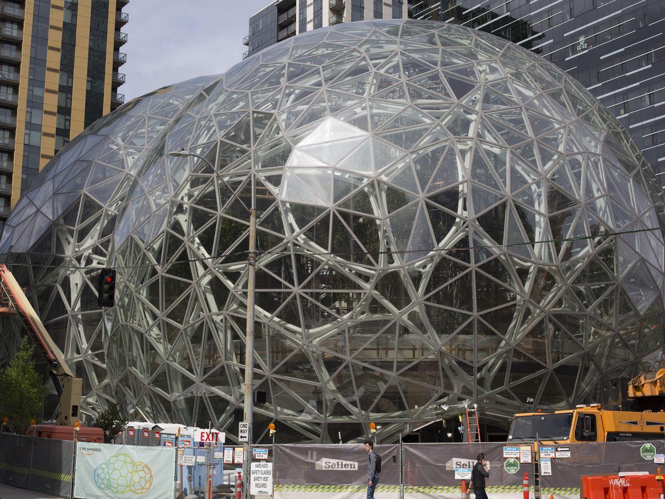 签名玻璃球体亚马逊的城市校园在建在西雅图,亚马逊的原始公司总部