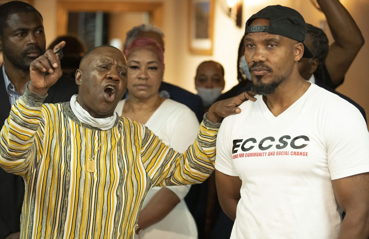 Rickey Hendon (left) speaks withTyrone Muhammad (right)at a news conference held by a coalition of social equity applicants on June 2, 2021   Brian Rich/Sun-Times