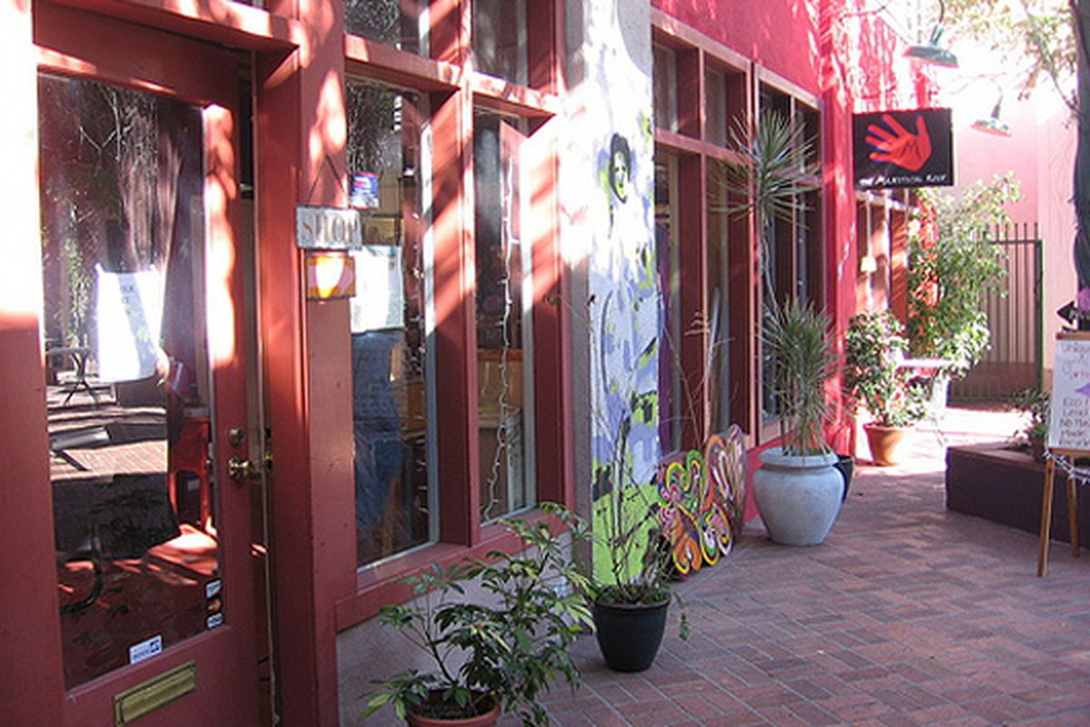 """The courtyard in front of Pasadena's Magestical Roof. Image via <a href=""""http://greenlagirl.com/majestical-roof-pasadenas-no-mmp-mass-manufactured-products-store/"""">Green LA Girl</a>"""